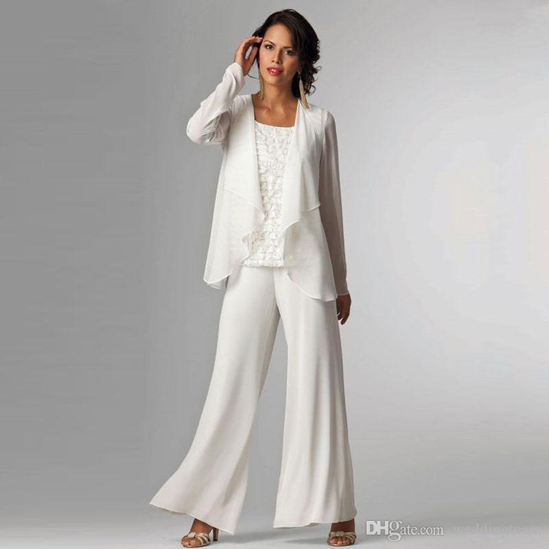 c73b125e31 Compre Trajes De Pantalón De Chifón Blanco Madre De La Novia Bateau Cuello  De Encaje Vestido De Invitados Con Mangas Largas Chaqueta De Las Madres De  Los ...