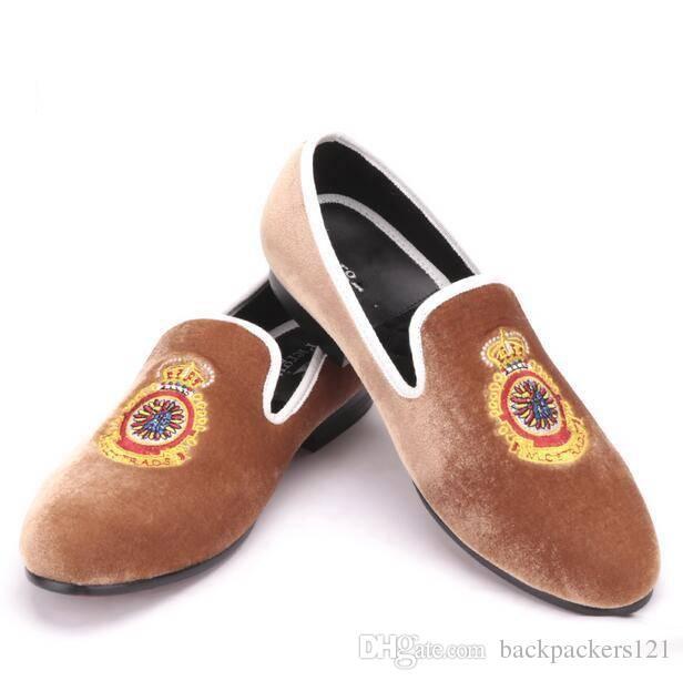 a0735f608d25f9 Großhandel Großhandel Türkei Krone Handgemachte Stickerei Braun Männer Samt Schuhe  Herren Big Size Loafer Herren Flats Von Backpackers121