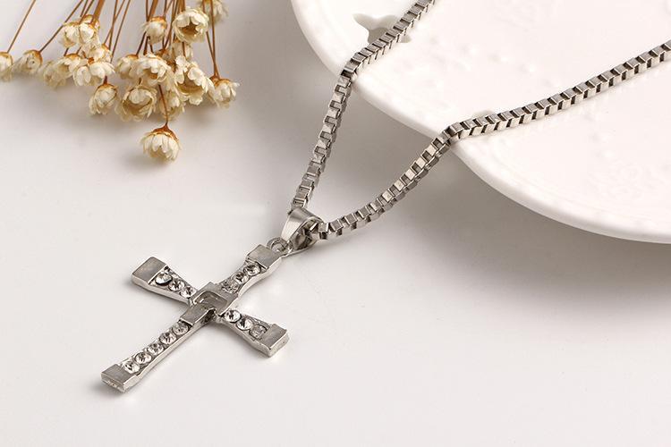 La collana Fast and Furious Dominic Toretto Cristallo bianco Strass crucifix Croce pendenti Collane le donne Gioielli di moda