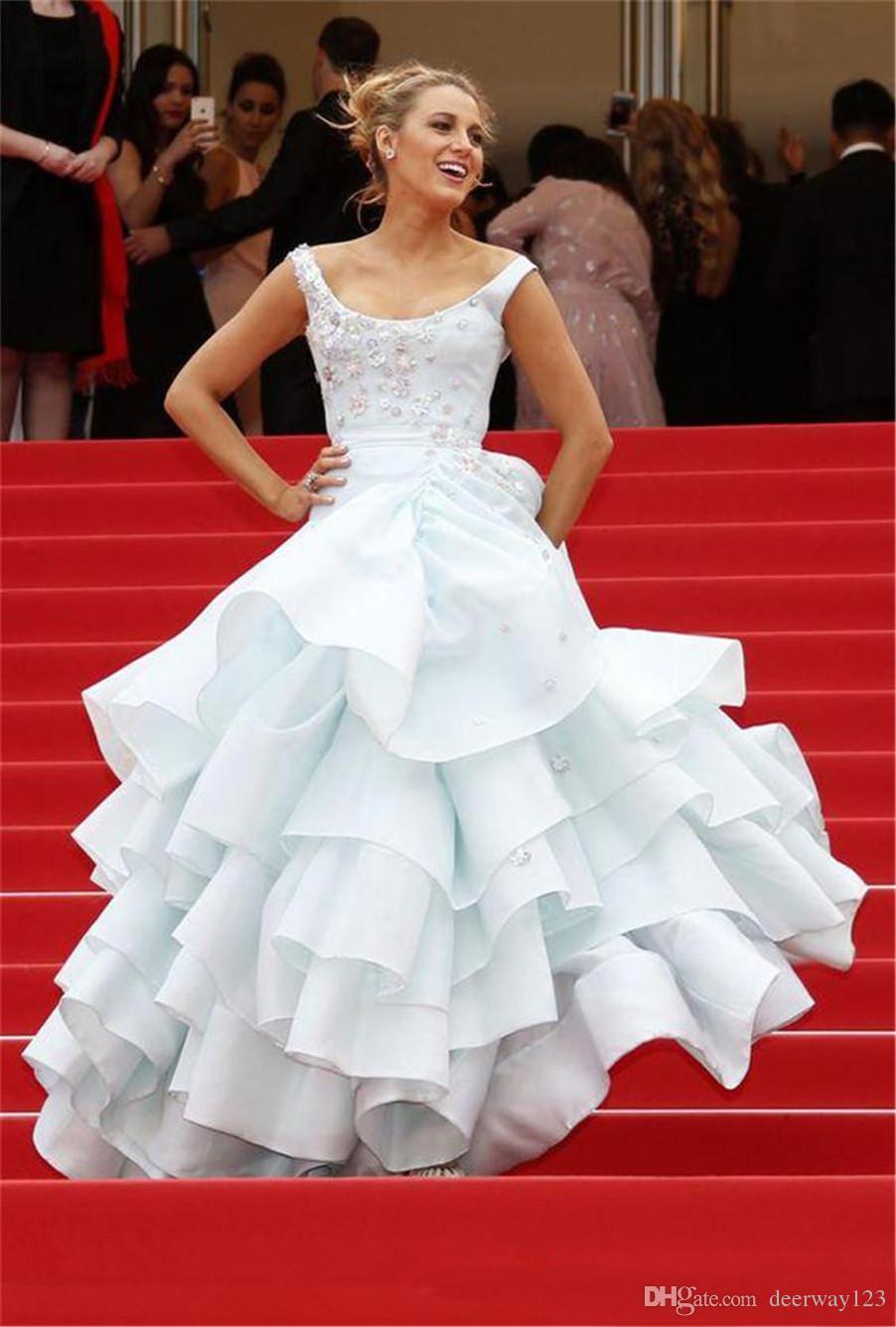 Scoop Ausschnitt 3D Blumen Applique Ballkleid Abendkleider nach Maß Ebenen und zerzauste Organza Abendkleid