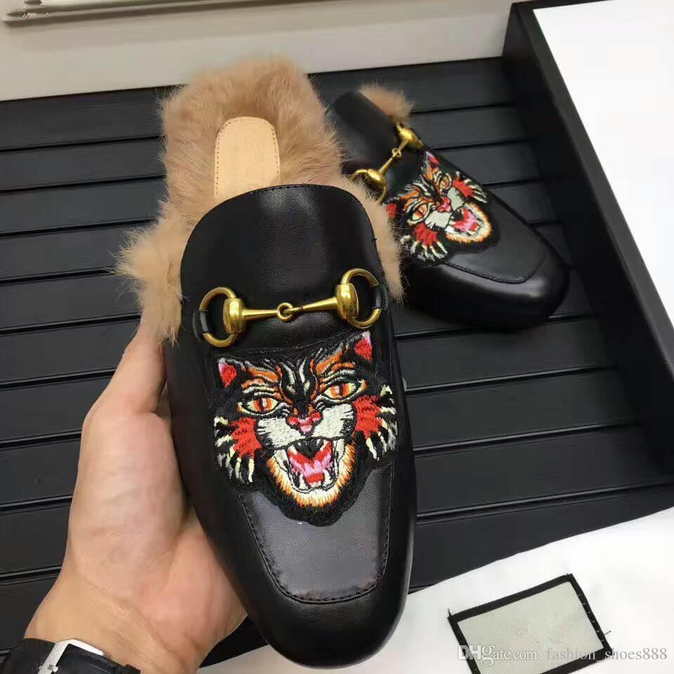 chinelos de lazer para homens, uma tendência de moda, feita de couro genuíno, decorada com fivela de ouro e estampas de tigre