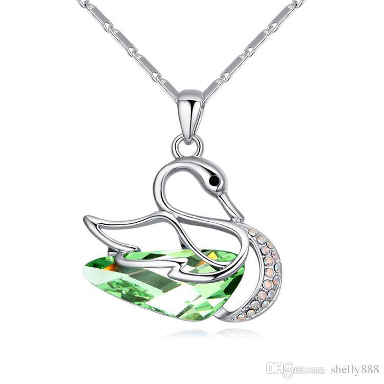 Pendentif haut de gamme Fantasy Swan utilisant le collier de cristal SWAROVSKI Red Beauty, ornements à vent d'Europe et d'Amérique HX089