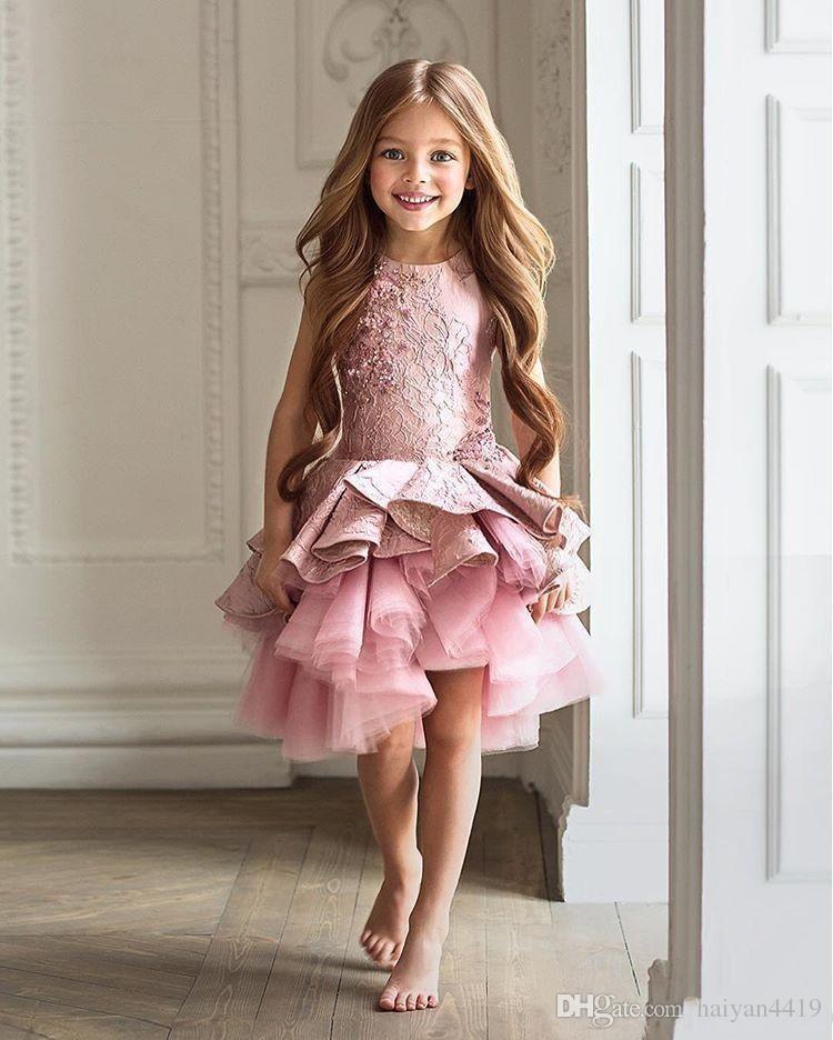Ucuz Çiçek Kız Elbise Toddler Düğünler Için Pembe Jewel Boyun Kolsuz Dantel Kısa Katmanlı Ruffles Doğum Günü Çocuk Kız Pageant Törenlerinde