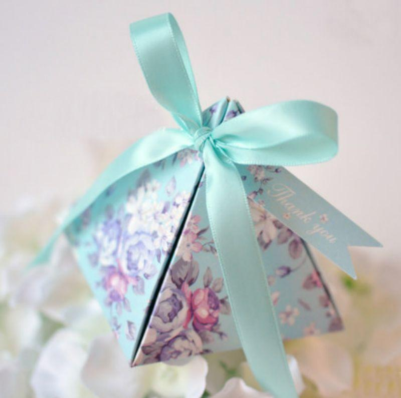 50 adet Yeni Varış Pembe / Mor / Yeşil Hediye Kutusu Ilmek Şerit Üçgen Piramit Düğün Şeker Kutuları Parti Malzemeleri yanadır