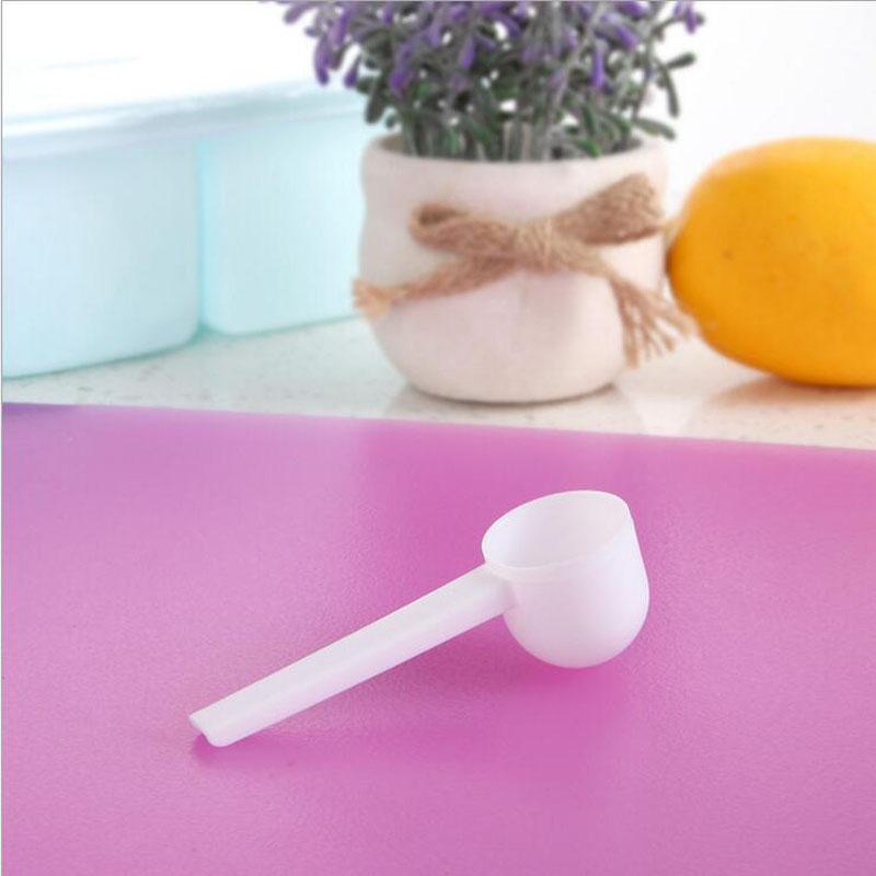Cocina ecológica cucharas profesionales de plástico blanco de 5 gramos Cucharadas de cucharas para la leche en polvo lavado de los alimentos Medicina de 8,5 * 2,6 cm