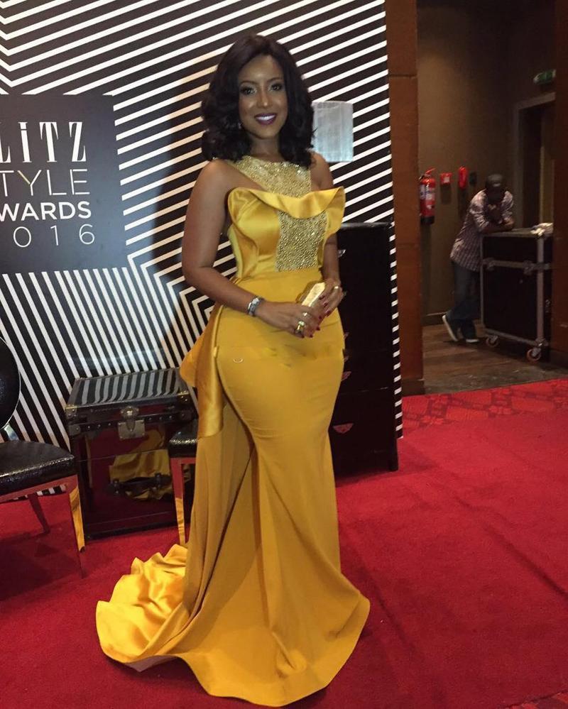 2019 Plus Size Sexy Sereia Vestidos de baile Africano colher pescoço de cristal frisado cetim vestidos de celebridades Mulheres Empoeirado Amarelo Vestidos de noite