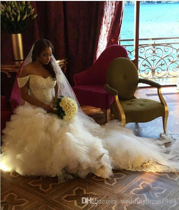Exquisite Schulterfrei Meerjungfrau Weiß Brautkleider Tiers Pailletten Spitze Plus Size Land Brautkleid Zug Kirche Braut Kleid Custom