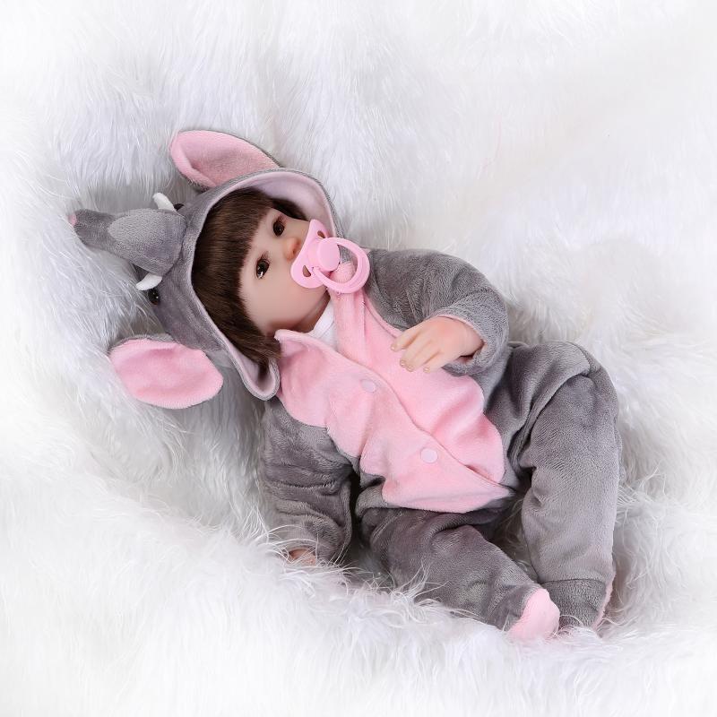 3da27393a9 Compre Atacado 42CM Silicone Bonecas Baby Reborn Realista Chupeta Magnética  Bebe Bjd Boneca Reborn Para Menina Presente De Qwinner
