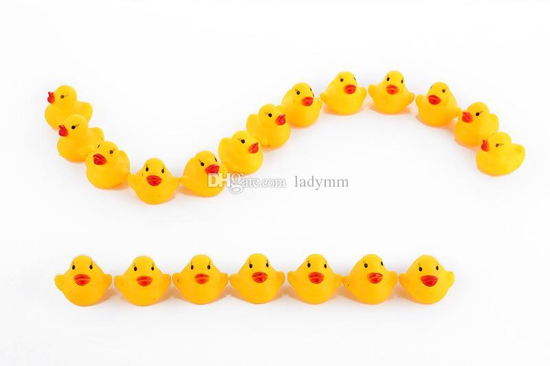 4000 adet / grup Bebek Banyo Su Oyuncak toys Sesler Mini Sarı Kauçuk Ördekler Çocuklar Batırın Çocuk Swiming Plaj Hediyeler