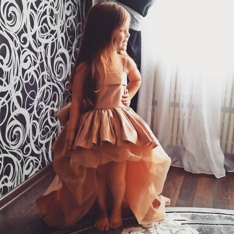 Süße Champagner hoch niedrig Blumenmädchenkleider mit großer Schleife Spaghetti Satin und Tüll Mädchen Festzug Kleider Rüschen Baby Geburtstagsparty Kleid