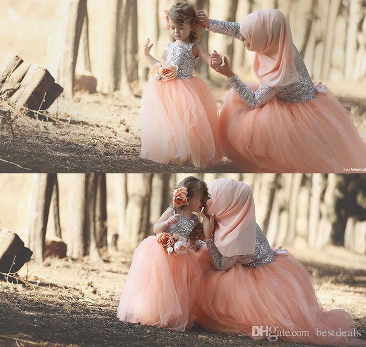 Abiti da ballo musulmani Colore corallo Bling Bling Paillettes Manica lunga Tulle Lunghezza pavimento Fiori Abito madre figlia 2017 Abiti da ballo