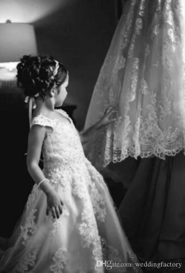 Abiti da ragazza di fiori vintage matrimoni A Line Scollo a V senza maniche Appliques di pizzo Abiti Flowergirl Abito da sposa piccola sposa