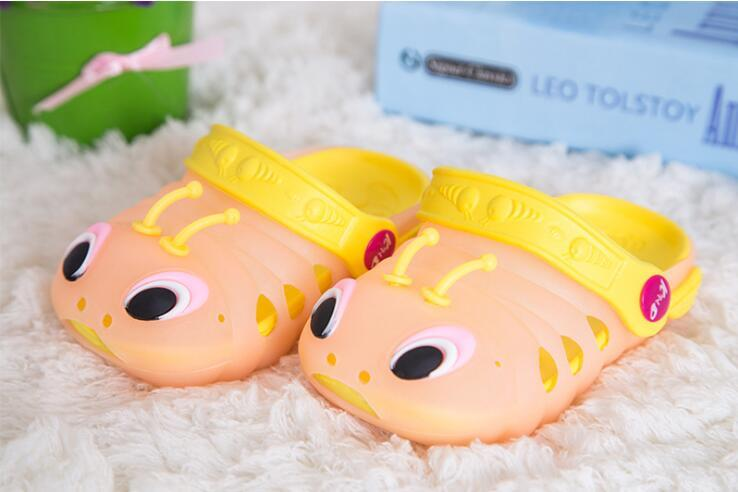 2018 Children's cool sandals summer caterpillar shoes men and women children's shoes baby flashing lights sandals hole slippers summer