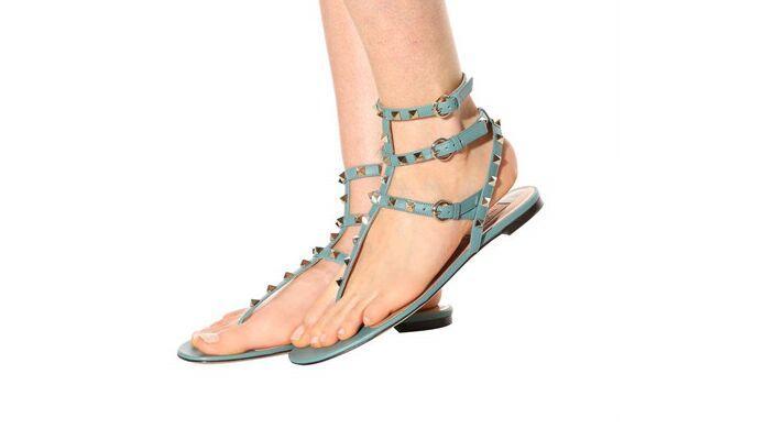 La nueva moda Hebilla-correa de los zapatos de las mujeres Sandalias de verano Gladiador tachonado plano con remaches Zapatos de mujer Sandalias de mujer