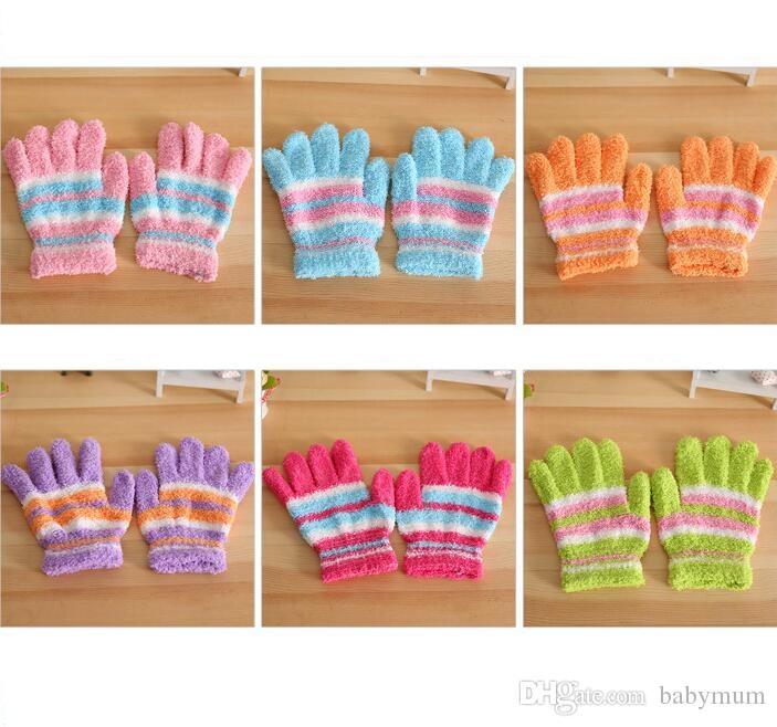 Compre Bebê Crianças Luvas De Lã Coral Crianças Inverno Quente Cinco Dedo  Luvas Macias Presentes Listrado Colorido Doces Cinco Luvas De Dedo De  Babymum 7cc896853b3