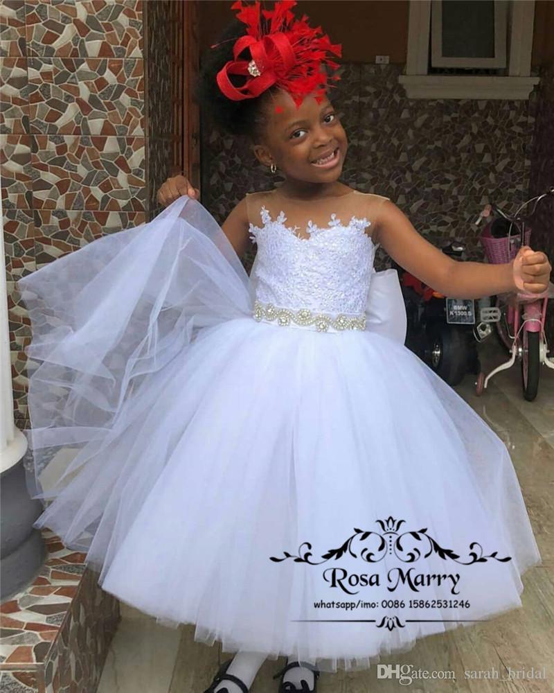 e9ad6b769 Compre Precioso Vestido De Fiesta Blanco Vestidos Para Niñas De Flores 2019  Encaje De Cristal Con Cuentas Sash Marco Chicas Africanas Primera Comunión  ...
