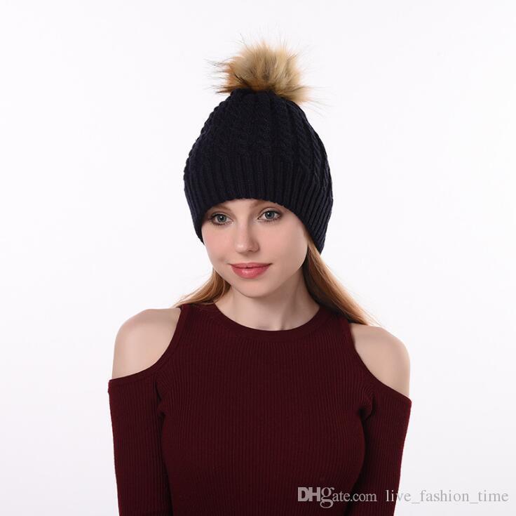 Compre Moda Pele Pom Poms Gorro Chapéus De Inverno Para As Mulheres Crochet  Knit Cap Skullies Gorros Caps Tampas Femininas De Malha Elegante Chapéu  Para ... 87a380dfc69