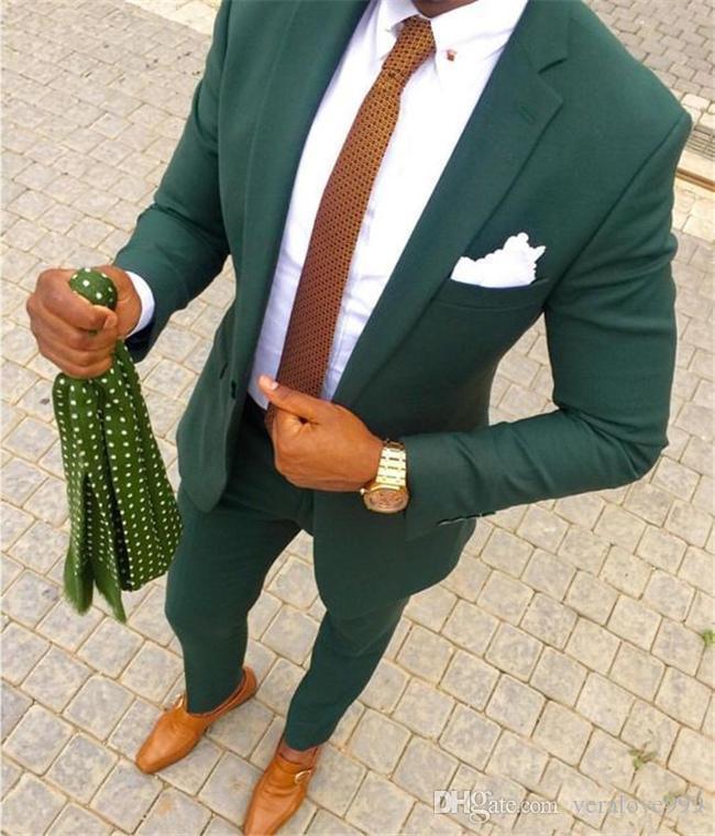 Trajes de boda verde 2020 juegos del juego de dos piezas novio de la despedida hombres Fit recorte con muesca solapa del esmoquin del partido padrinos de boda por encargo chaqueta + pantalones