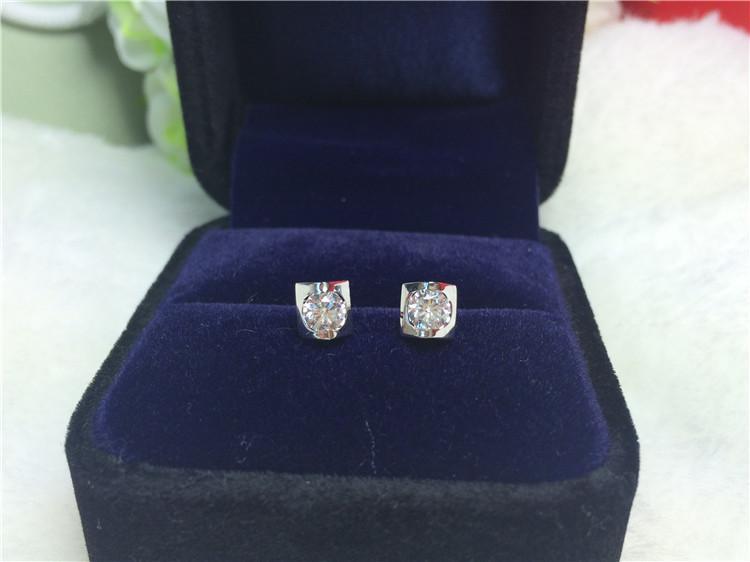 Sıcak satış Benzersiz tarzı 0.6 karat / çifti gümüş sentetik elmas küpe kadınlar için 18 K Beyaz altın kaplama saplama küpe ücretsiz kargo