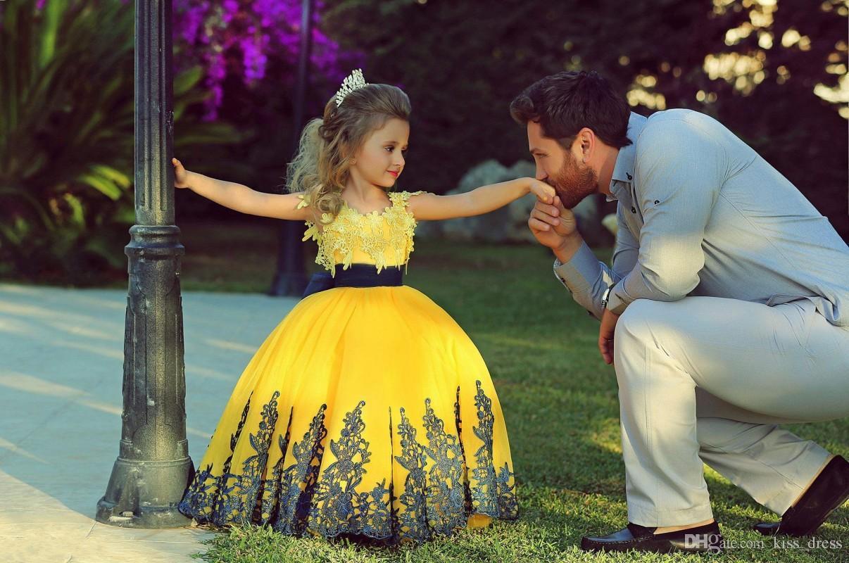 الأميرة الأصفر زهرة بنات فساتين لحفلات الزفاف كاب كم الطابق طول الأزرق الداكن شاح الدانتيل الكرة ثوب طويل فساتين مهرجان للبنات f72