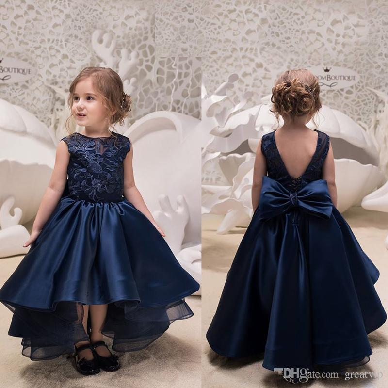 feecb285a Compre Azul Marino Alto Bajo Flor Vestidos De Las Niñas Para Bodas Cuello  De Joya Apliques De Encaje Sin Espalda Arco Vestidos Para Niños Pequeños  Satén ...