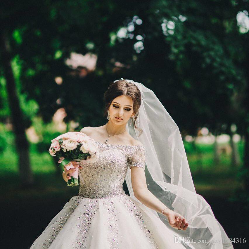 Precioso vestido de novia de diamantes de imitación de cristal Lentejuelas Granos fuera del hombro Manga corta Vestido de novia saudí Atractivo Vestido de bola de tul Boda Dres