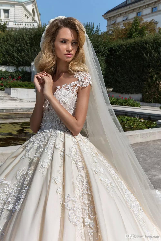 Splendido abito da ballo in pizzo abiti da sposa in rilievo Sheer Bateau Neck Plus Size Appliqued Abiti da sposa bottoni Torna Cattedrale vestido de novia