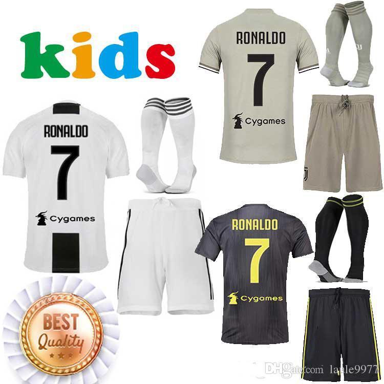 18 19 Juventus Casa Lejos 3 RONALDO DYBALA Fútbol Jersey Kit De Niños  BONUCCI 2018 2019 Camisetas De Fútbol Niños Camisetas Uniformes Mejor  Calidad Por ... 331ffd470ee97
