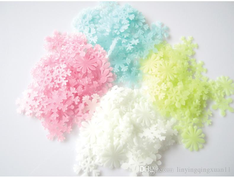 50 unids / pack 3D Snowflake Glow In Dark Luminous Fluorescente de plástico etiqueta de la pared decoración para el hogar Decal Wallpaper decorativo especial Festivel