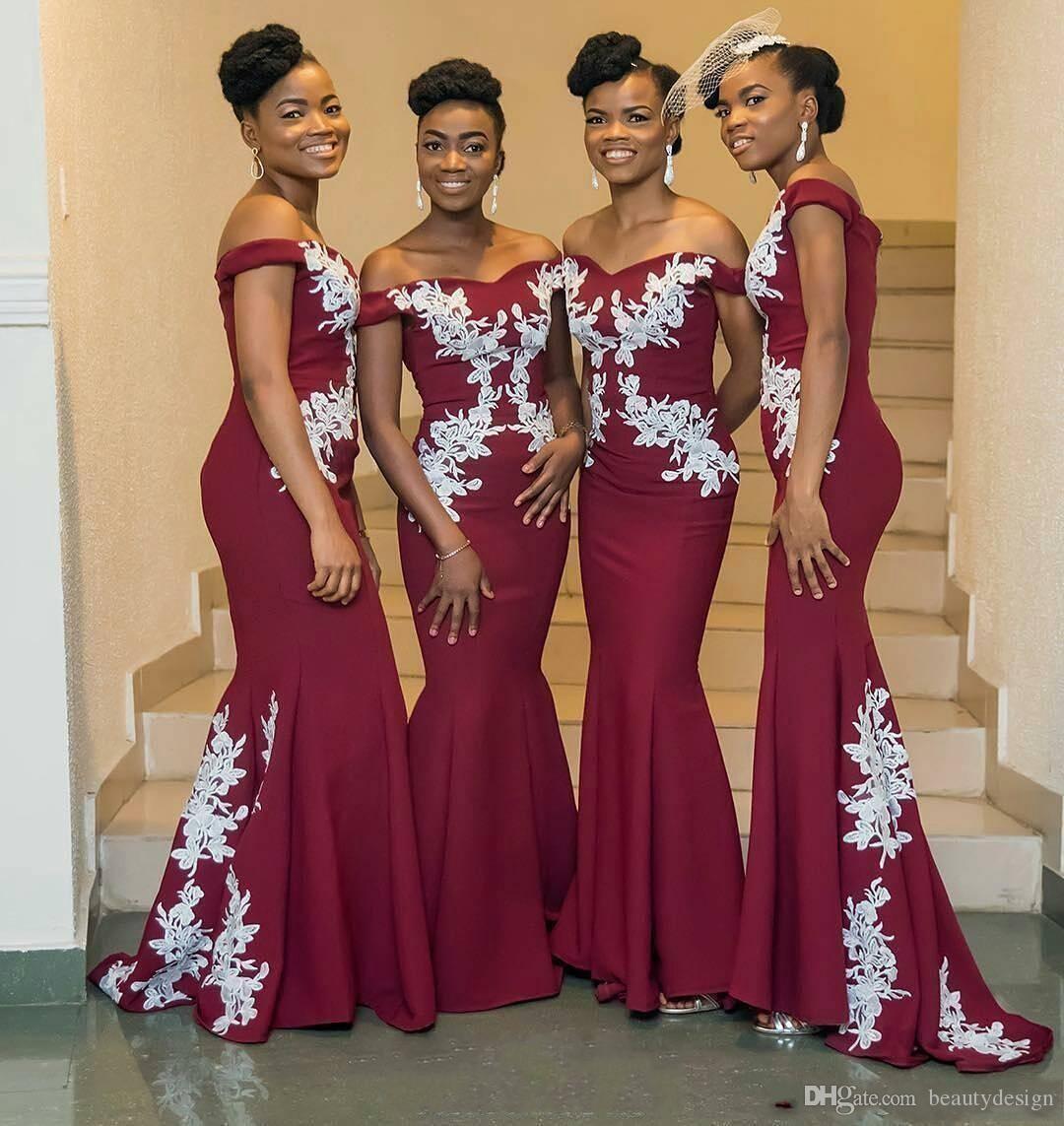 2018 Chicas negras Vestidos de dama de honor de sirena de color rojo oscuro Nigerian Off Shoulder White Appliques Satén Vestidos de fiesta de bodas largos Barrido de tren