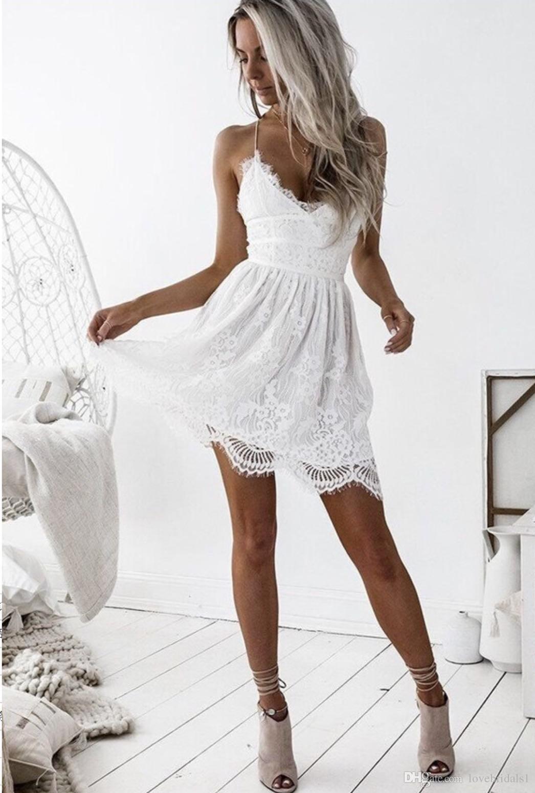 d6e8447aca Compre Sexy Espagueti Corto Cóctel Dresse Pequeño Vestido Blanco Espalda  Criss Cruzado Encaje Vestidos De Regreso Al Hogar Por Encargo A  78.4 Del  ...