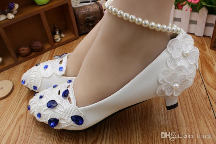 Королевский синий стразы Павлин хвост кружева свадебные туфли женщина насосы 3 см котенок каблуки бисером ремни свадебные туфли синий большие шпильки