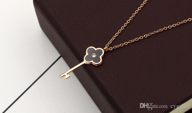 Taladro de concha en blanco y negro de Corea sola hoja de flor de cuatro hojas colgante de collar de acero de titanio femenino cadena de clavícula de oro 18K color