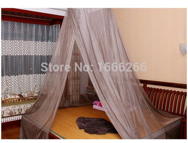 Letto Con Zanzariera : Biancheria da letto bianca e zanzariera sul letto di ferro battuto