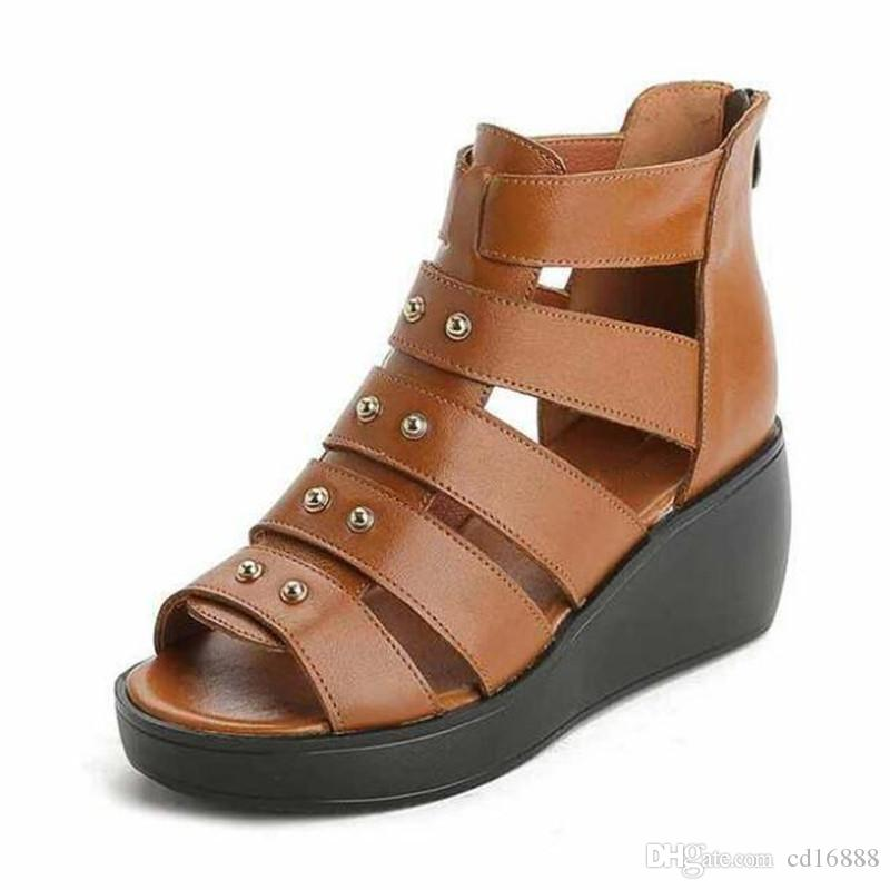 Venta caliente 2018 Nuevo Elegante Mujeres Cómodas Sandalias de Verano Cuñas de Cabeza de Pez Sandalias de tacón alto remaches Zapatos de Cuero Real Sandalias de Las Mujeres