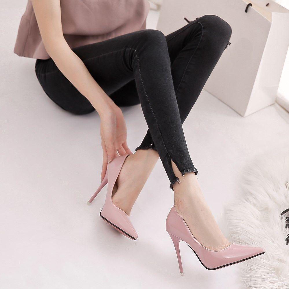 5aea35862a9 Compre Sapatos De Salto Baixo Moda 2018 Mulheres Sapatos Tamanho Grande  Stilettos Mulheres Tamancos De Couro Chinelos Italianos Rodada Luxo Prata  Grande De ...