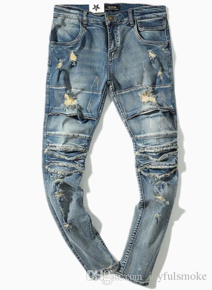 Fori spezzati delle strade europee e americane indossati vecchi pantaloni da mendicante e pantaloni da marea