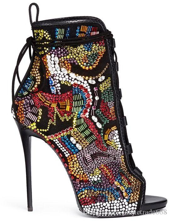 Las sandalias con correas de punta abierta de lujo de Color Diamond muestran modelos de campo muestran la boutique de moda de la mujer revista de tiroteo en la calle