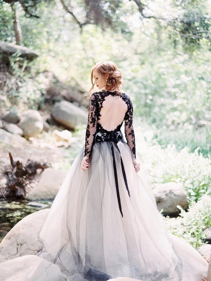 2019vintage último encaje negro y blanco tul vestidos de novia sexy escote en v espalda sin respaldo manga larga gótico vestidos de novia E52