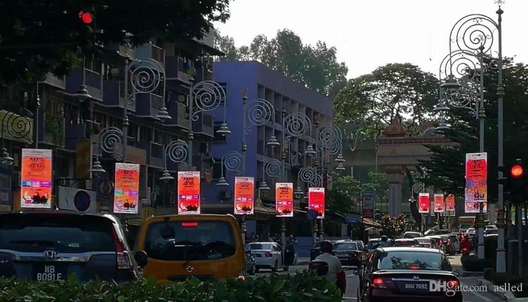 instalado pantalla LED de visualización de publicidad al aire libre P5 RGB LED Poste de luz de publicidad por encima del poste de luz de la calle.