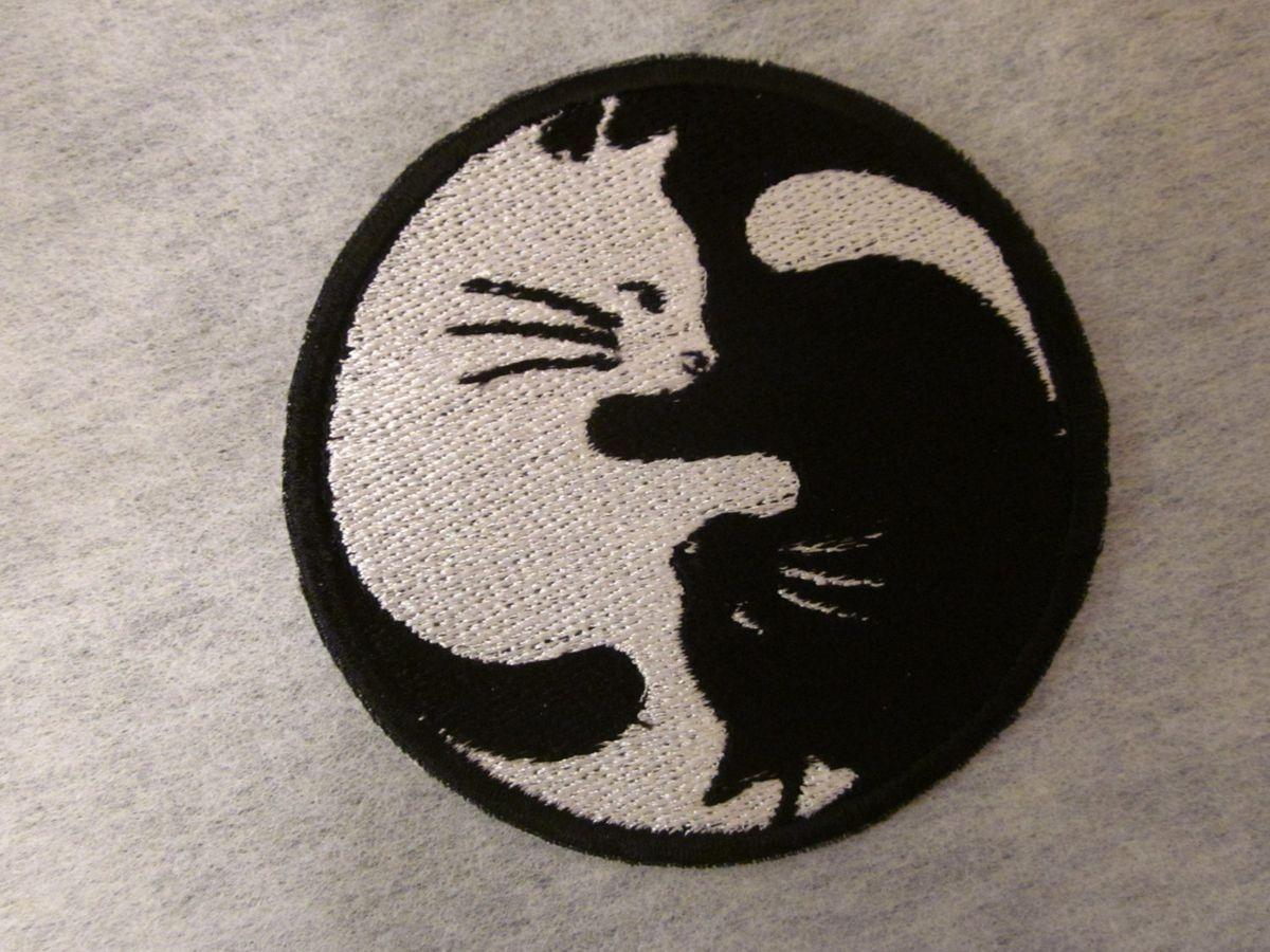 Compre Blanco Y Negro Gato Yin Yang Parche De Dibujos Animados Lindo