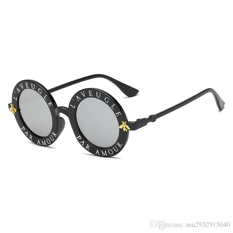 a1deaa419fd17 Compre KOKO Retro Rodada Óculos De Sol Inglês Letras Pequenas Abelha Óculos  De Sol Homens E Mulheres Marca Óculos Designer De Moda Homens E Mulheres De  ...