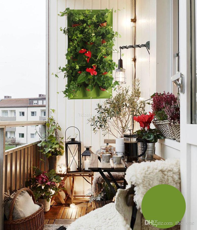 Una piantatrice di vasi da fiori tascabili su appeso a parete verticale in feltro pianta da arredamento verde campo coltiva borse container all'aperto