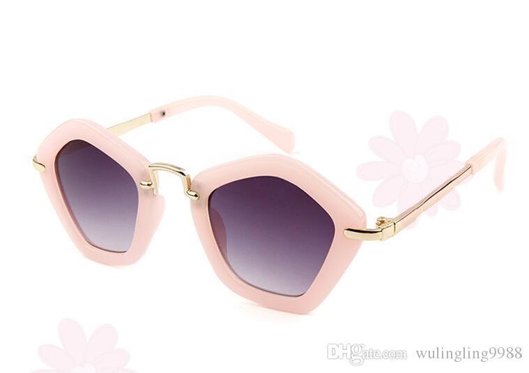 Çocuk Poligon Güneş Gözlüğü Sıcak Yaz Yeni Varış Trendy Erkek Kız Beyaz Siyah UV400 Güneş Gözlüğü Moda Çerçeve Çocuk Gözlük 6 Renkler