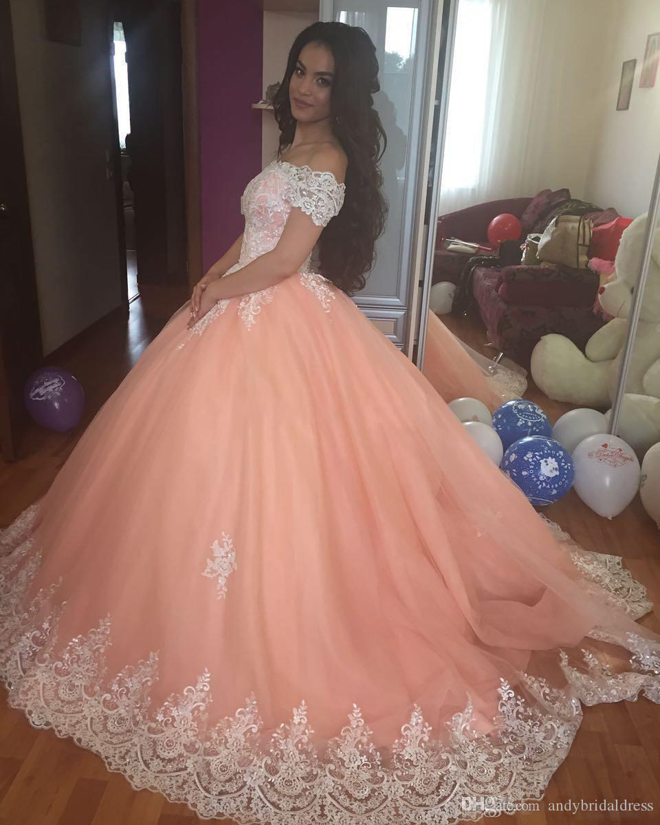 2019 Lace White vestido de Baile Vestidos Quinceanera Bateau Pescoço Mangas Curtas Apliques de Tule Plus Size Doce 16 Vestidos Saudi Arabes Vestidos de Baile