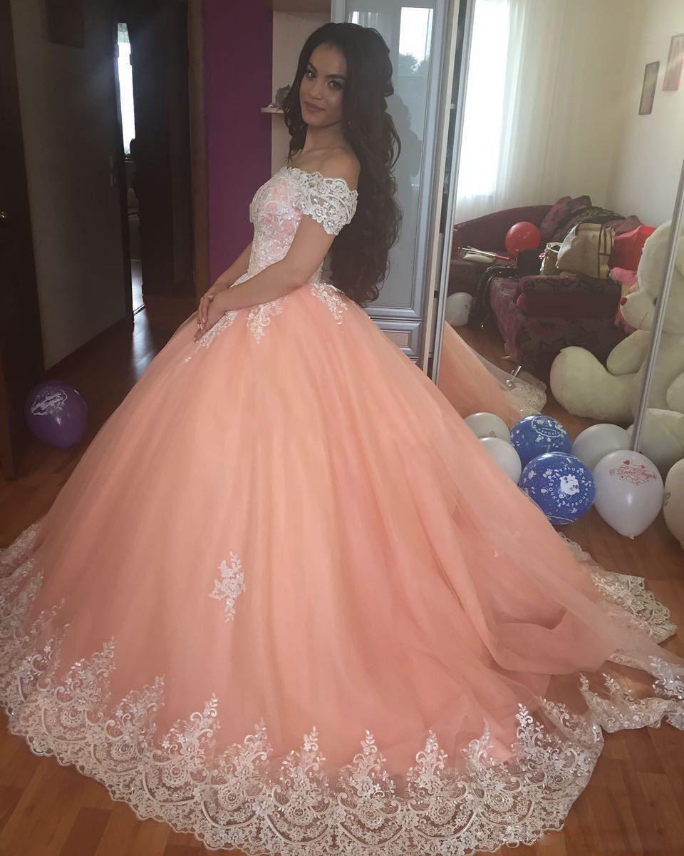 Vestido de fiesta de encaje blanco 2019 Vestidos de quinceañera Cuello redondo Mangas cortas Apliques Tulle Tallas grandes Dulces 16 Vestidos Saudí árabe prom
