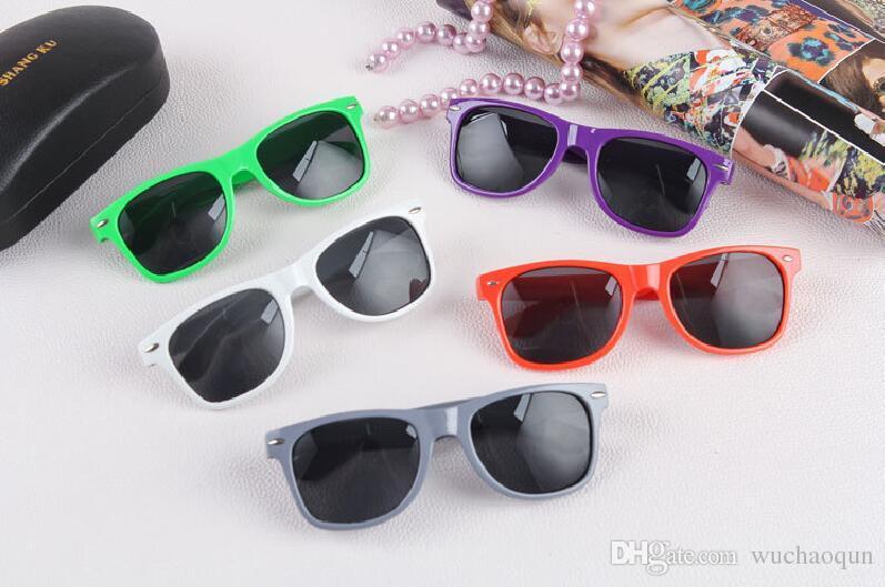 2018 뜨거운 판매 도매 클래식 플라스틱 선글라스 여성을위한 복고풍 빈티지 사각형 태양 안경 남자 성인 키즈 믹스 색상