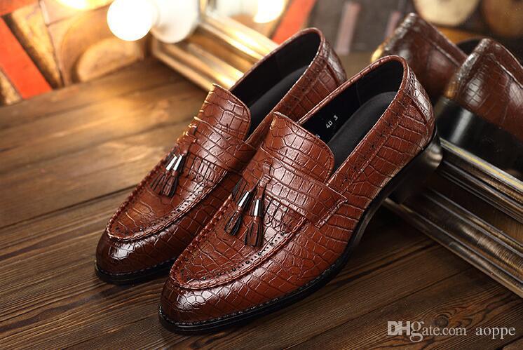 2021 Crocodile grain trend mens shoes tassel red black loafers designer luxury 560