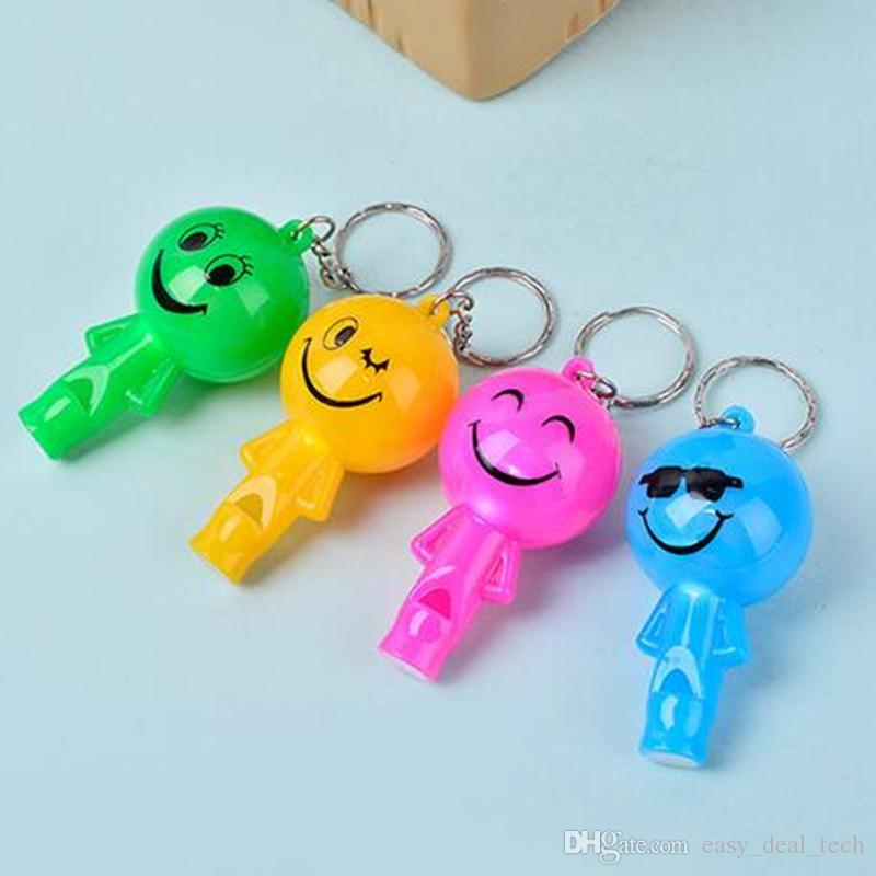 Gelegentliche Farbe gesendet Neuheit LED Licht leuchtende Schlüsselanhänger Schlüsselanhänger Smiley niedlich 6cm Anhänger Pfeife Schlüsselanhänger Q0385