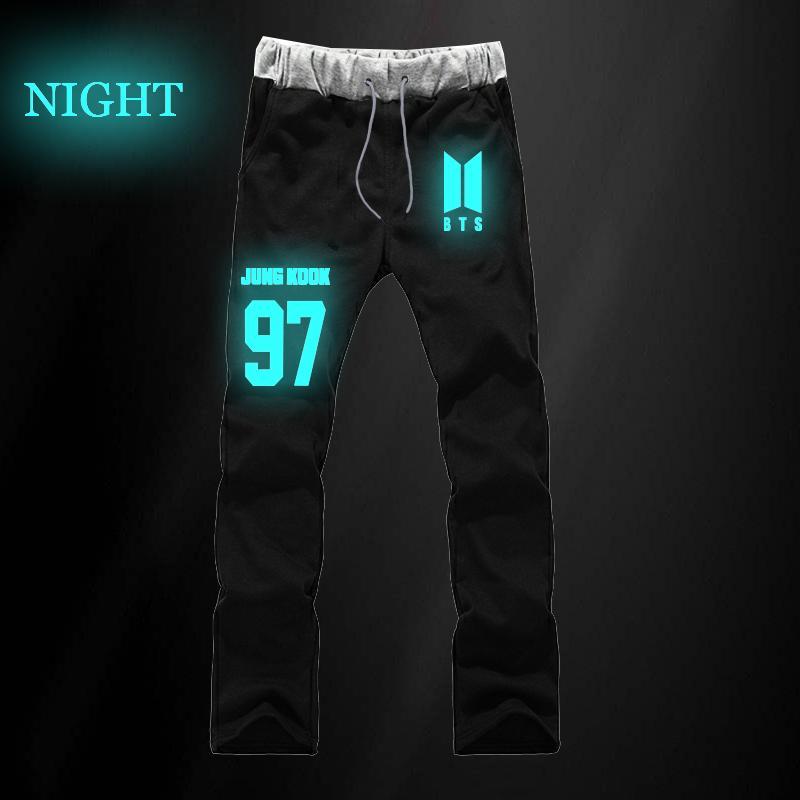 Compre Kpop BTS JUNGKOOK 97 JIN 92 Pantalones Rectos Pantalones Culturistas  Para Hombres Pantalones Deportivos Luminosos Pantalones Largos Joggers Ropa  ... 2392b1a363bf